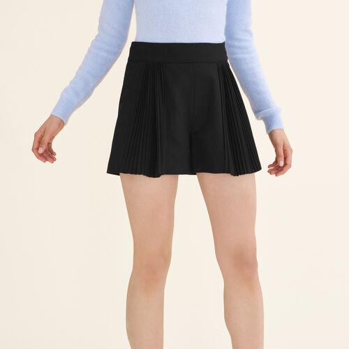 Kurze Shorts mit Plisséedetails - Röcke & Shorts - MAJE