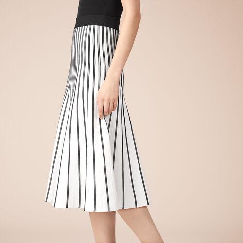 Mittellanger Rock aus gestreiftem Strick : Röcke und Shorts farbe Ecru