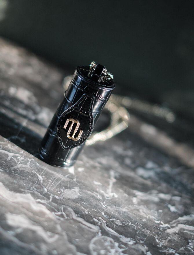 Lippenstift-Etui aus geprägtem Leder -  - MAJE
