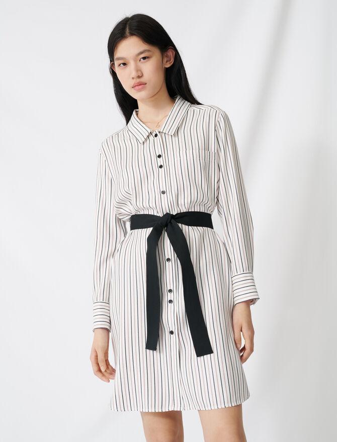 Fein gestreiftes Hemdkleid mit Gürtel - Kleider - MAJE