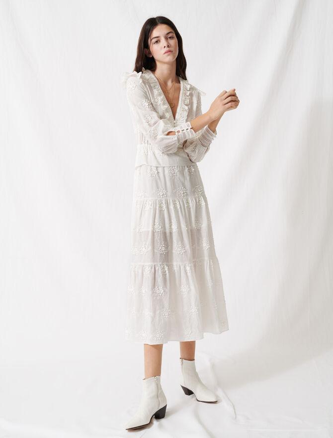 Kleid in Ecru mit Volants und Stickerei - Kleider - MAJE